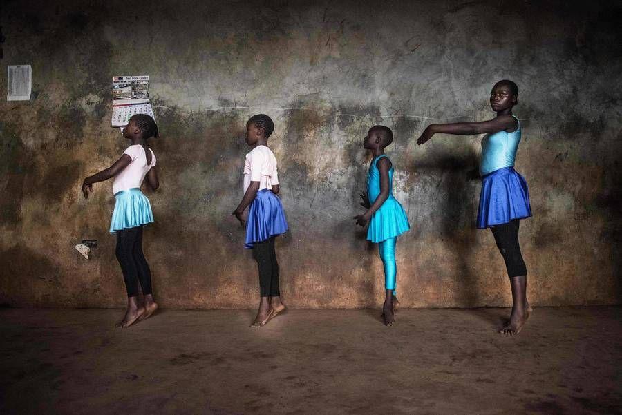 Drei Mädchen tanzen