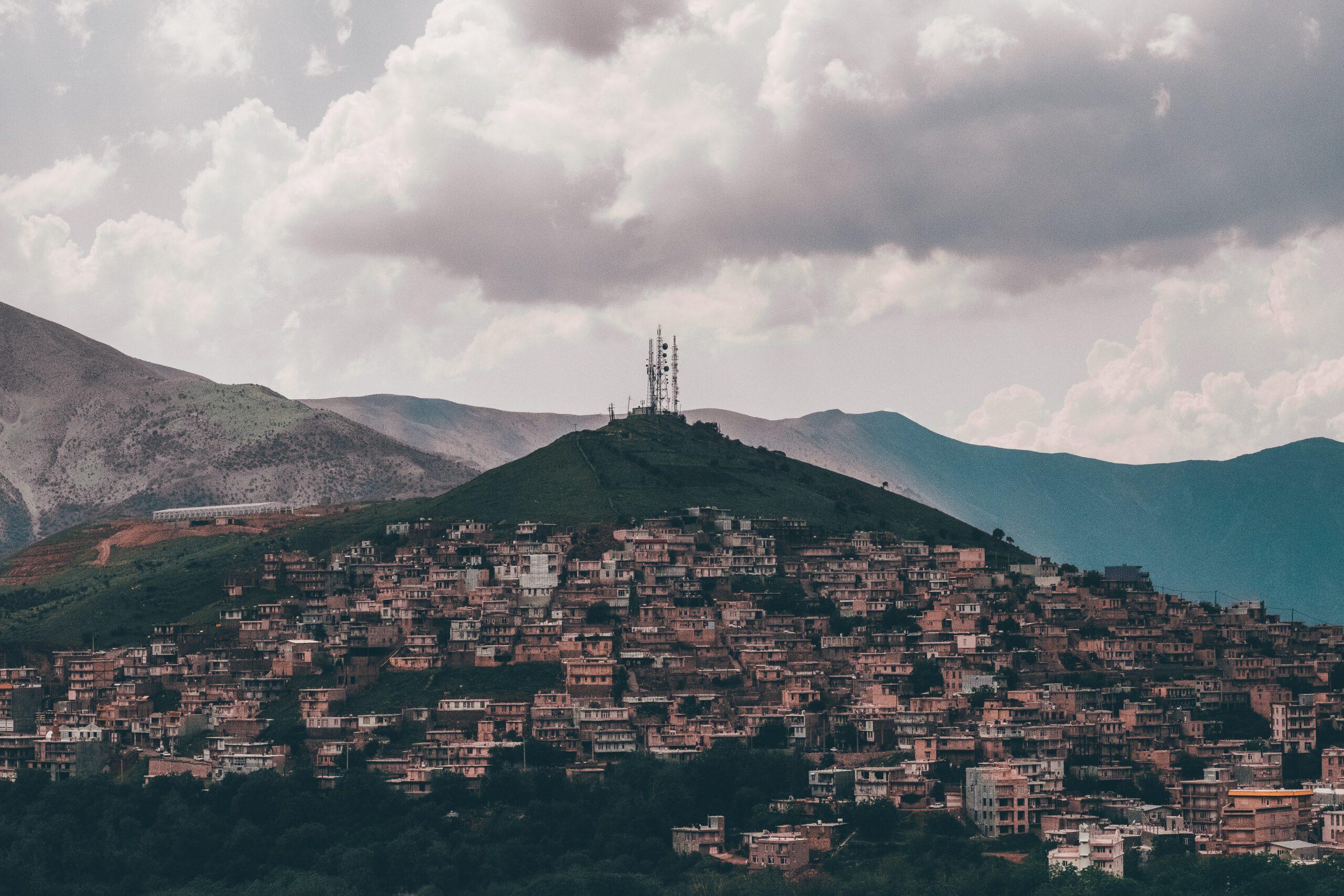 Dorf auf Hügel